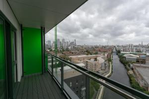A balcony or terrace at Modern 2 Bedroom Apartment with Panoramic Views