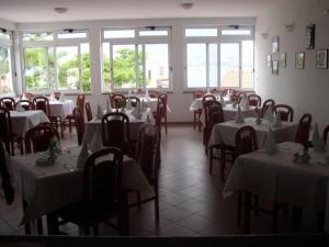 Ein Restaurant oder anderes Speiselokal in der Unterkunft Aparthotel Buratovic