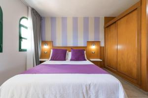 A bed or beds in a room at eó Maspalomas Resort