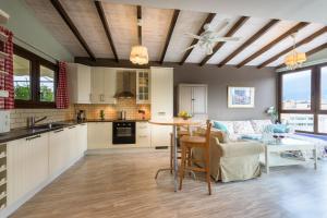 Una cocina o zona de cocina en The 1 and only Acropolis penthouse!