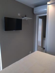 Uma TV ou centro de entretenimento em Estacofor Santos - Apto 1304/1105