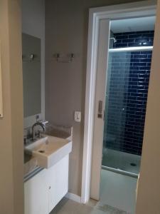 Um banheiro em Estacofor Santos - Apto 1304/1105