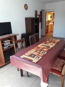 Una televisión o centro de entretenimiento en Departamento Avda. Belgrano Sur 367