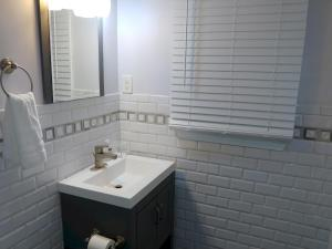 A bathroom at Handley Sleeps 16 only 4 miles to Downtown