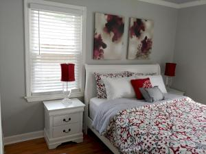 A bed or beds in a room at Handley Sleeps 16 only 4 miles to Downtown