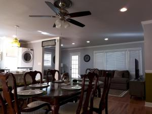 A restaurant or other place to eat at Handley Sleeps 16 only 4 miles to Downtown