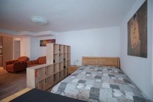 A bed or beds in a room at Apartment am Grafenberger Wald