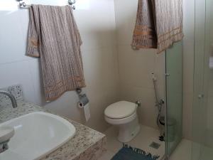 A bathroom at Maravilhosa casa de praia