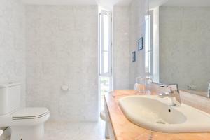 Ein Badezimmer in der Unterkunft San Agustin des Vedra Villa Sleeps 9 Pool Air Con