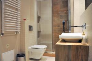 A bathroom at HappyGuests Apartments