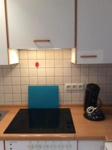 A kitchen or kitchenette at Messewohnung Düsseldorf-Nord