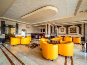 The lounge or bar area at Al Tawfiq Furnished Units