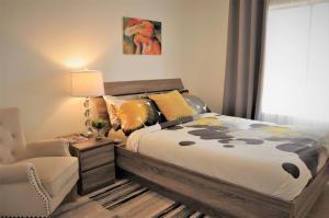 Ein Bett oder Betten in einem Zimmer der Unterkunft Spacious 3 BR House In Glendale