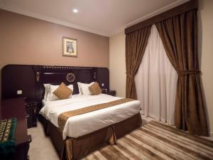 A bed or beds in a room at Al Tawfiq Furnished Units