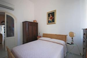 Positano Apartment Sleeps 6 Air Con WiFiにあるベッド