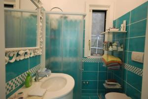 Et bad på Positano Apartment Sleeps 2 Pool Air Con WiFi