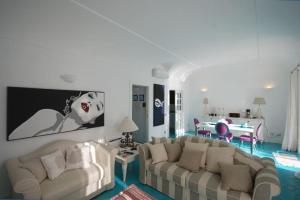 Area soggiorno di Positano Apartment Sleeps 2 Pool Air Con WiFi