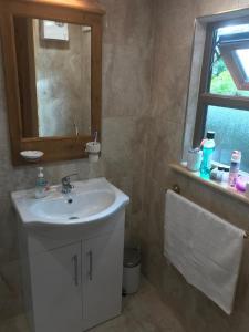 A bathroom at Cozy Countryside Log Cabin