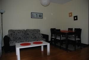 A seating area at VUT Soterraña 14
