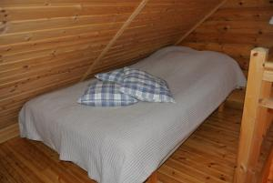A bed or beds in a room at Kesäpesä