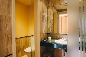 A bathroom at MAREA ApartHotel