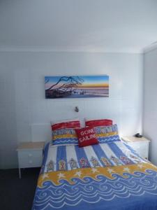 A bed or beds in a room at Forster Lodge 16, Cnr Wallis & West Streets, Forster
