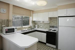 A kitchen or kitchenette at Beachpoint, Unit 101, 28 North Street