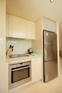 A kitchen or kitchenette at Lorikeet 2, 66 Underwood Rd, Forster