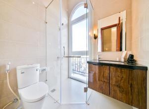 A bathroom at SKYY Garden