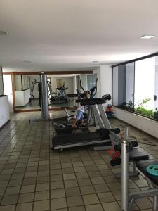 The fitness centre and/or fitness facilities at Apart na Pituba vista mar
