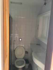A bathroom at Apart na Pituba vista mar