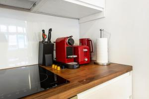 A kitchen or kitchenette at Crusader Street Apartments by Loft