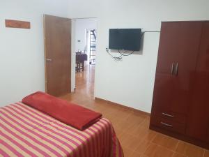 Una televisión o centro de entretenimiento en Apart Hotel Chilecito