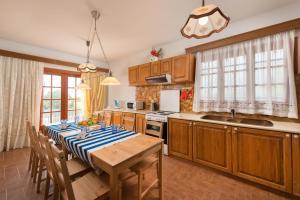 A kitchen or kitchenette at Villas Marianna