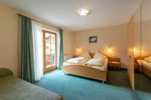 A bed or beds in a room at Pension&Appartements Marxenhof