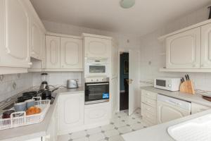 Una cocina o zona de cocina en Knockhill Court