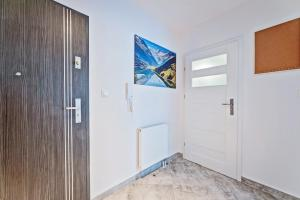 A television and/or entertainment centre at Good Time Apartments Strzelecka III