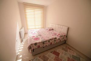 A bed or beds in a room at Serenity Apart