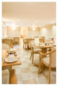 A restaurant or other place to eat at Skene House Hotels - Holburn