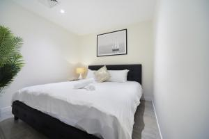 A bed or beds in a room at Luxury home hotel next to Darling Harbour