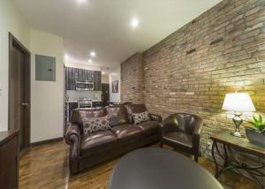 Uma área de estar em Fully Furnished Jersey City Suites