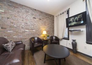 A área de bar ou lounge em Fully Furnished Jersey City Suites