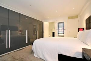 A bed or beds in a room at Knightsbridge Prestige Apartment
