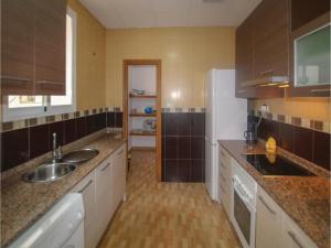 Una cocina o zona de cocina en Four-Bedroom Apartment in Cartagena