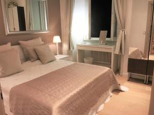 A bed or beds in a room at Modern Apartment Como
