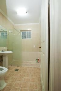 A bathroom at Haevich House Pension