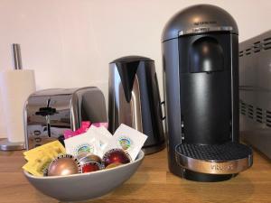 Kahvin ja teen valmistusvälineet majoituspaikassa LE CLOS DES JOCKEYS