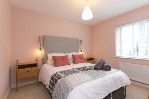 A bed or beds in a room at The Perfect Stay Belfast