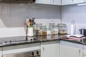 A kitchen or kitchenette at 2 BR City Apartment with Rooftop Pool