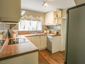 A kitchen or kitchenette at Woodbine Cottage, Barnard Castle